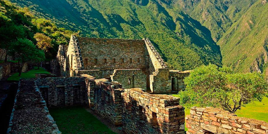 An old Inca shelter surrounded by green mountains of the Choquequirao shelter